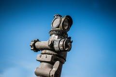 Portée d'armée de canon court de baril avec le ciel à l'arrière-plan photographie stock