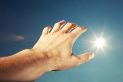 Portée de main pour le ciel Image libre de droits
