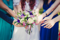 Portée de mains pour le bouquet nuptiale Images stock