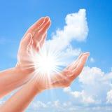 Portée des mains de l'homme pour le ciel Photos stock