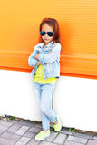 Port élégant d'enfant de petite fille lunettes de soleil et vêtements de jeans Images libres de droits