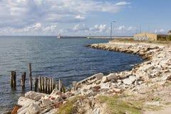 Port abandonné sur la mer, paysage Photographie stock libre de droits
