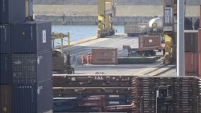 Port aktiviteter med behållare, kranar och lastbilar lager videofilmer