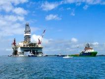 PORT-ARANSAS, TX - 5. MÄRZ 2017: Erdölbohrungsplattform, die geschleppt wird lizenzfreies stockbild