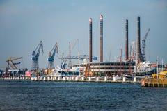 Port av Amsterdam horisont Arkivbild
