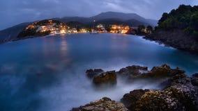Port av Asos i Grekland på den Zakynthos ön under blå timme Royaltyfri Fotografi