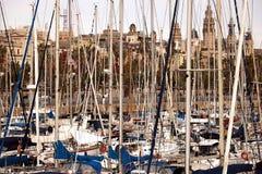 Port av Barcelona med förtöjde segelbåtar arkivfoto