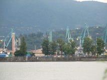 Port av Batumi, Adjara, Georgia Lastfartyg för kommersiella sändningar arkivbilder