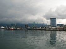 Port av Batumi, Adjara, Georgia Lastfartyg för kommersiella sändningar arkivfoton