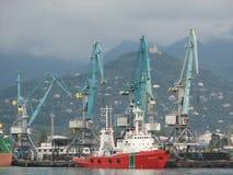 Port av Batumi, Adjara, Georgia Lastfartyg för kommersiella sändningar royaltyfria foton