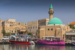 Port av den Akko tunnlandet med fartyg och moské och den gamla staden i bakgrunden, Israel arkivbilder