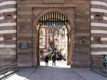 Port av den gamla bron i Heidelberg Arkivbilder