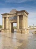 Port av den roman bron i Cordoba, Spanien Arkivbild
