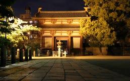 Port av den Shitennoji templet på natten, Japan Arkivbild