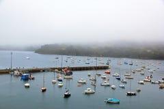 Port av Douarnenez i dåligt väder & x28; Brittany Finistere, France& x29; Arkivbild