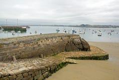 Port av Douarnenez, tillträde till stranden på lågvatten & x28; Finistère Brittany, France& x29; Arkivfoto