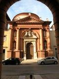 Port av en kyrka i Ferrara, Italien Arkivbild