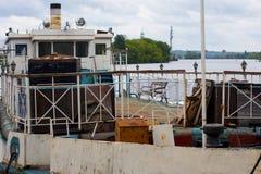 Port av gamla rostiga skepp Återanvända skepp Arkivbilder