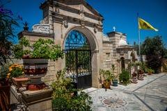 Port av gammalgrekiskakyrkan med blomkrukor Royaltyfri Foto