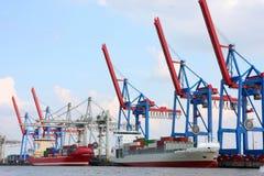 Port av Hamburg på floden Elbe, den största porten i Tyskland royaltyfri fotografi
