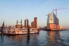 Port av Hamburg, Tyskland, med konstruktionsplatsen av Elbphilharmonien royaltyfri bild