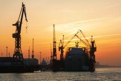 Port av Hamburg, Tyskland, på solnedgången Royaltyfri Fotografi