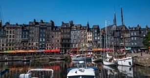 Port av Honfleur, Frankrike med fartyg och medeltida radhus i den gamla stadhamnen royaltyfria foton