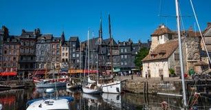 Port av Honfleur, Frankrike med fartyg och medeltida radhus i den gamla stadhamnen arkivfoto