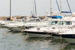 Port av moderna yachter och fartyg Arkivfoton