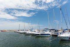 Port av moderna yachter och fartyg Royaltyfri Foto