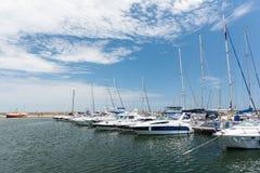 Port av moderna yachter och fartyg Arkivbild