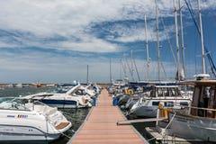 Port av moderna yachter och fartyg Arkivfoto