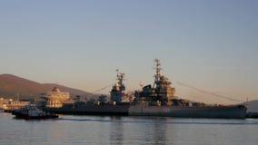 Port av Novorossiysk, krigsskeppmuseet och turister arkivfilmer