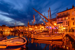 Port av Sanary-sur-MER i aftonen, Var, Frankrike Arkivbilder