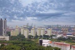 Port av Singapore skeppsvarv- och hushyreshusar Royaltyfria Bilder
