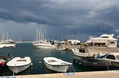 Port av stadstången i stormigt väder, Montenegro Arkivfoto