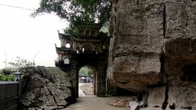 Port av templet bredvid klippan arkivfoton