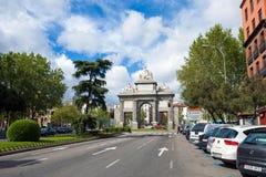 Port av Toledo (Puerta de Toledo) på en solig vårdag i Madri Royaltyfri Foto