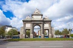 Port av Toledo (Puerta de Toledo) på en solig vårdag i Madri Arkivfoto