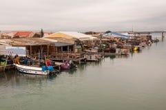 Port avec des bateaux de pêche avec des huîtres Photos libres de droits