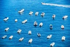 Port avec des bateaux en mer image stock