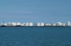 Port avec des réservoirs de stockage Images stock