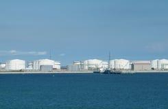 Port avec des réservoirs de stockage d'huile Photographie stock libre de droits