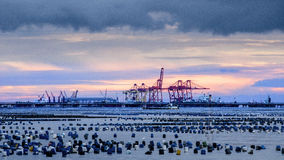 Port avec le ciel de coucher du soleil au por des grands fonds de récipient de Laem Chabang Photographie stock