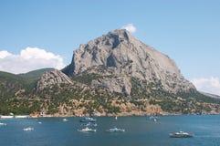 Port avec le fond de montagnes Photo libre de droits