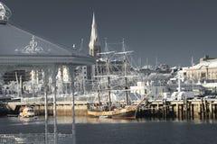 Port brun grisâtre de Laoghaire à Dublin en hiver Photo stock