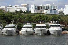 Port Cala Llonga, kryssningskepp från Es Forti, Cala d'Or, Cala Gran, Cala Esmeralda, Cala Ferrera till Porto Colom, Majorca Arkivfoto