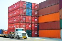 Port, camion et conteneurs industriels Images stock