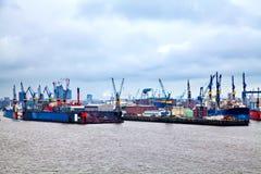 Port célèbre de Hambourg sur la rivière Elbe Image libre de droits