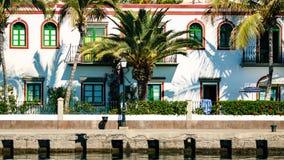 Port coloré avec des palmiers dans Puerto De Mogan Photos stock